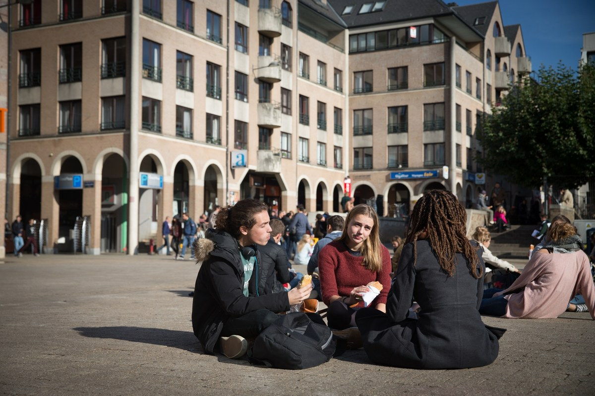 Grand-Place - Etudiants assis à terre